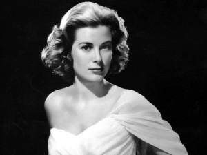 Die amerikanische Schauspielerin Grace Kelly in einem weißen Abendkleid, aufgenommen 1954. Sie heiratete am 19. April 1956 Fürst Rainier von Monaco und trug fortan den Titel und Namen Fürstin Gracia Patricia von Monaco. Grace Kelly wurde am 12. November 1929 in Philadelphia geboren und kam am 14. September 1982 in Monaco bei einem Autounfall ums Leben.